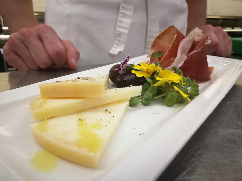 Gourmet restoran nudi otočke sireve i pršut