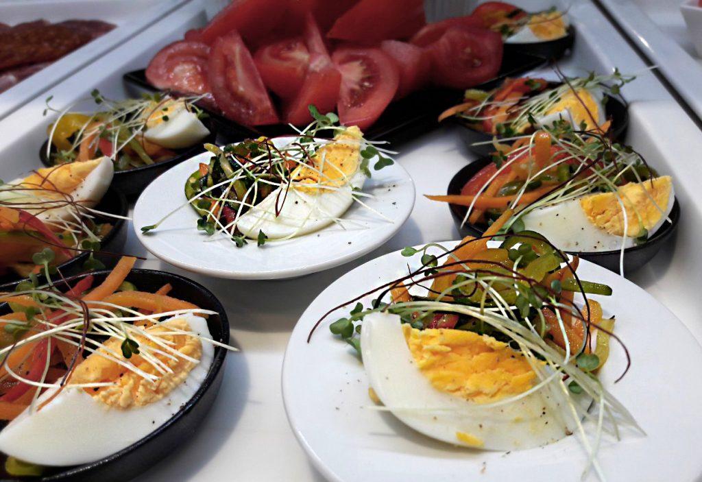 Buffet doručak - Različite vrste povrća iz vlastitog uzgoja, domaća jaja i bilje.