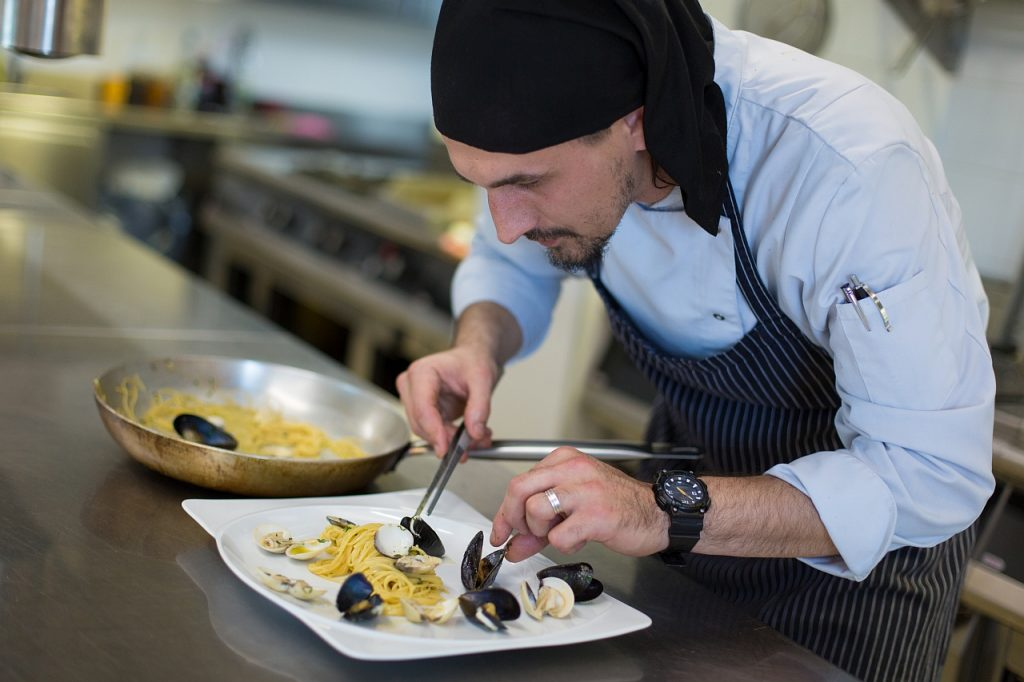 Gourmet restoran nudi ukusne mediteranske dagnje